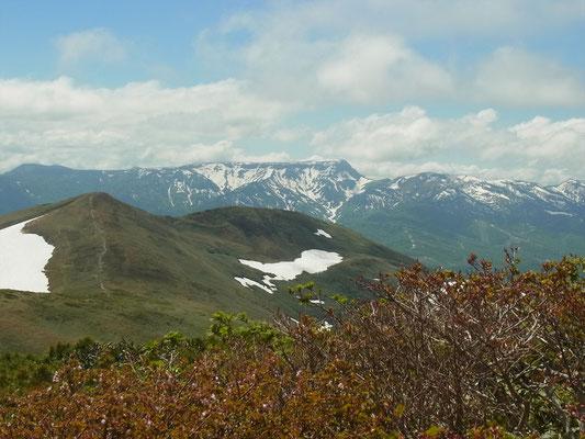 仙ノ倉岳山頂から平標山と苗場山(平な山がそうです)