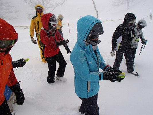 降りしきる雪の中でのビーコン訓練