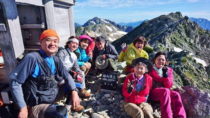 立山雄山山頂(3,003m)で、剱、大汝山をバックに