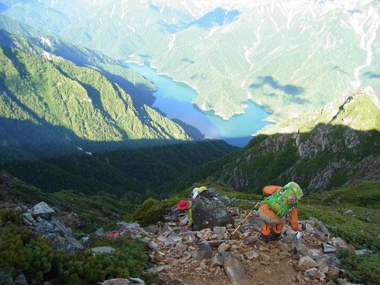 赤沢岳を後に次のピークを目指します。眼下に黒部湖