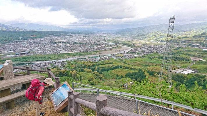 少し登ると紀ノ川を見下ろす展望台に到着