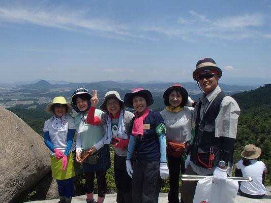 天狗岩の上で記念撮影