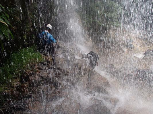 裏見の滝を登るN田