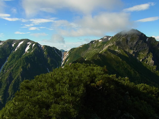 針ノ木峠、右に針ノ木岳、スバリ岳