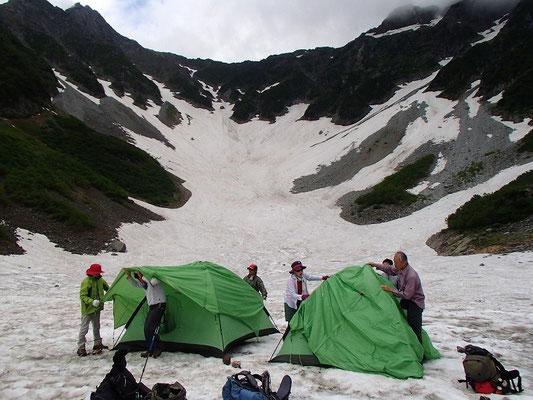涸沢のテン場は雪の上