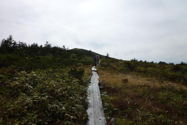 木道の先に天池の丘が見えて。
