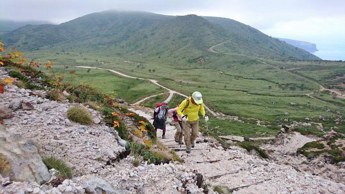 登山道は活動盛んな正面を巻いて付けられています