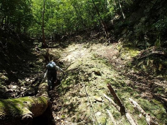 三筋の滝は右岸を高巻ます