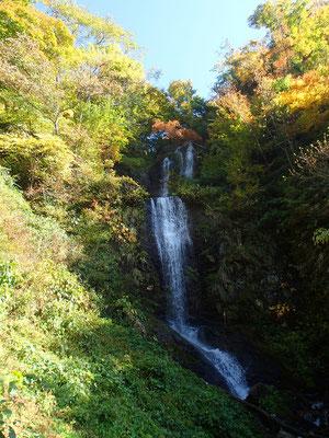 05渡渉を繰り返ししばらく登るとさらに大きな滝が