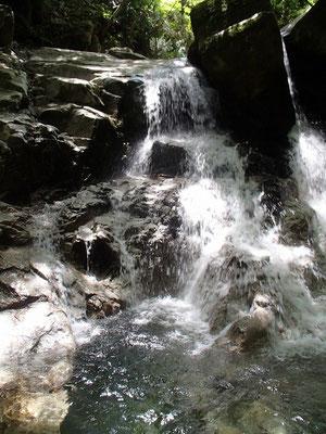 変化に富んだ滝が次々と現れます