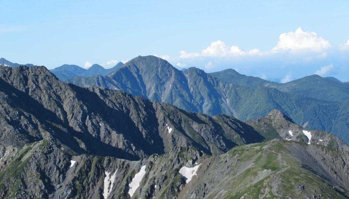 塩見岳、その後ろに荒川三山アップ
