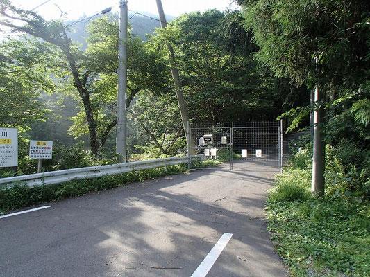 神崎川上流への林道にできたゲート