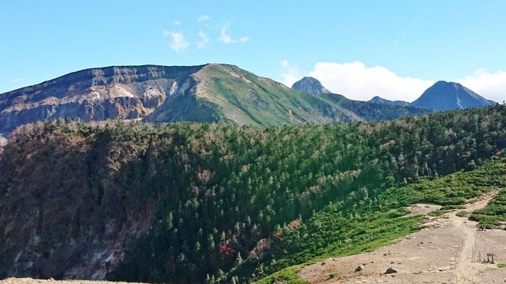 硫黄岳(2,760m)の縞模様と八が岳本峰(赤岳)