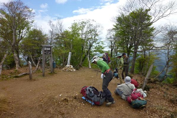 登り切って百里ケ岳到着