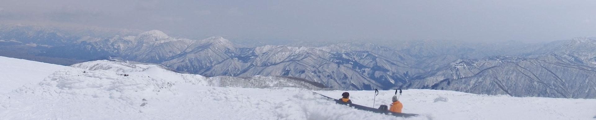 銀杏峰山頂からパノラマ写真 高く白い山が荒島岳 のんびりと絶景を楽しむ