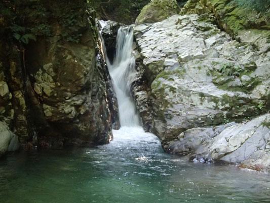 岩溝の奥にかかる4m滝