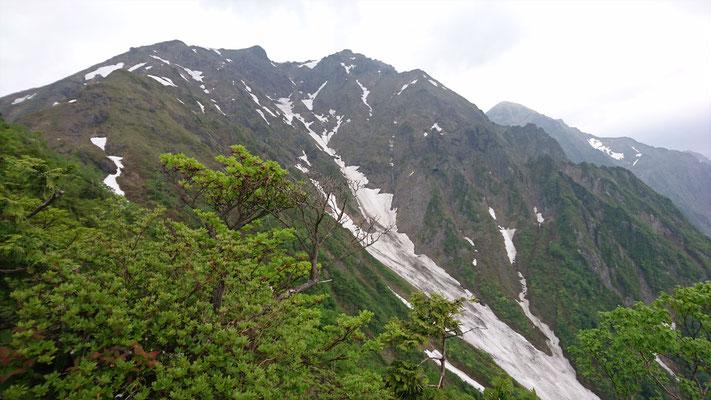 西黒尾根から谷川岳山頂を望む