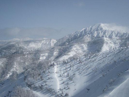 荒島岳がドーンと姿を現します。左奥に白山も。