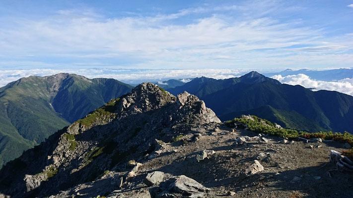 北岳(3,193m)山頂から左、仙丈ヶ岳 右、甲斐駒ヶ岳