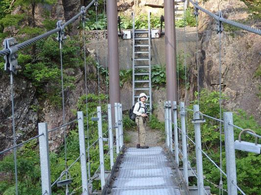 吊り橋を渡るとすぐハシゴが出てきます。