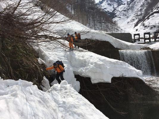 雪が堰堤で途切れそうです。