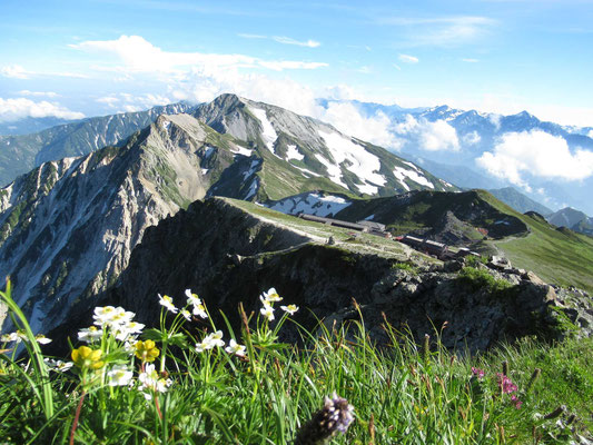 白馬岳山頂から山荘と杓子岳、白馬鑓ケ岳