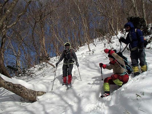 急坂下山では滑落に注意して