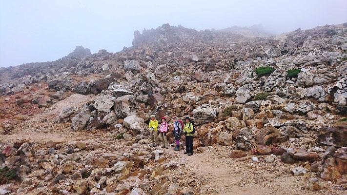 こんな岩ばかりのところを歩いて行きます