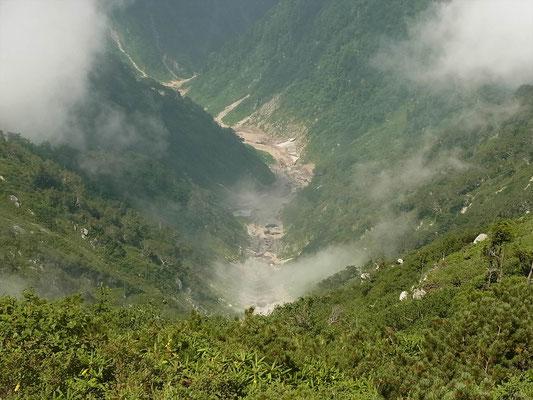 山頂から毛勝谷(11年前ここをスキーで登りました)