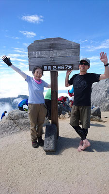 山頂、甲斐駒ヶ岳の標識で記念撮影