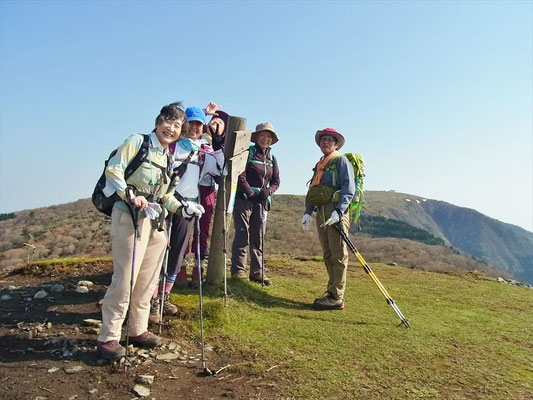 8:15 2座目、ホッケ山(1,050m)山頂にて