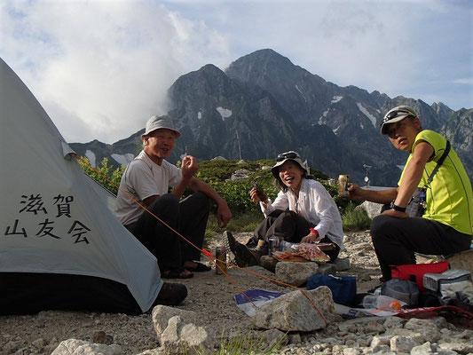 明日登る剱岳を眺めながら、劔沢でテント泊