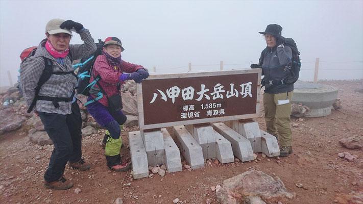 八甲田大岳山頂(1,584.5m)、強風とガス