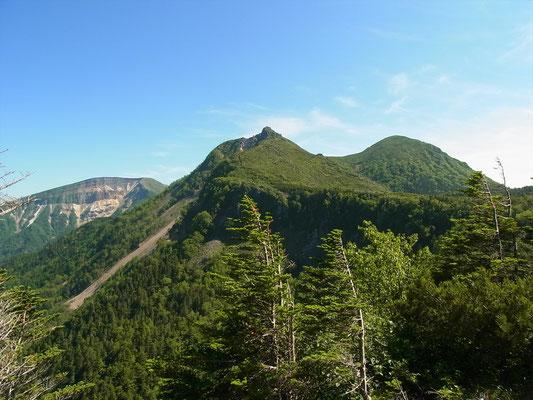 中山峠近くの見晴台から左から硫黄岳、東天狗、西天狗