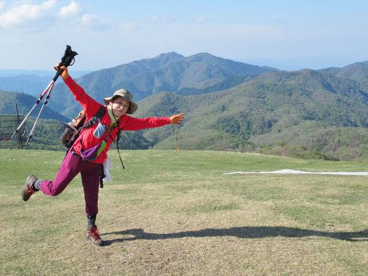 16:00 蓬莱山頂(1,173.9m)からコヤマノ岳、武奈ケ岳をバックに踊るK西さん