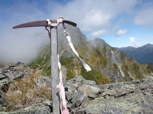 5峰にある古いピッケルとガスのかかった4峰87、4峰に向かう