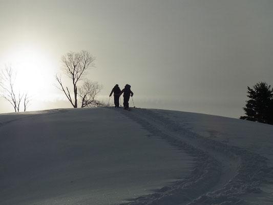 朝日に向かって登るメンバー2人