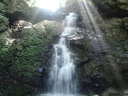 神々しい2段15M滝