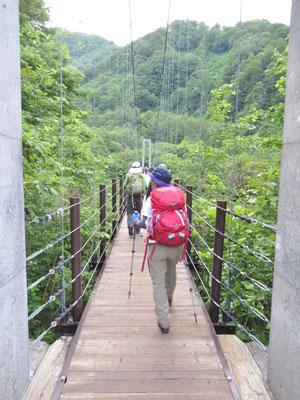まずは、吊り橋を渡って