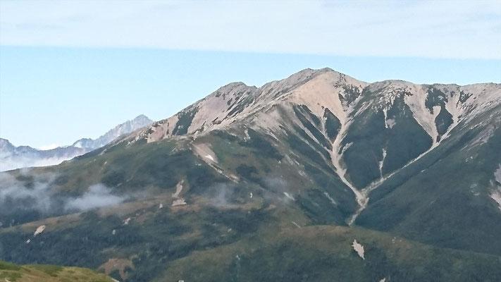 薬師岳の左にちょこっと剱岳(2,999m)