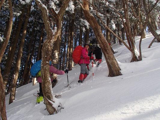 急斜面を1歩ずつ雪を踏みしめ登ります