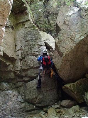 滝横の岩登り、残置ハーケンがありました