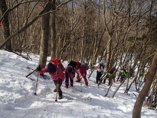 硬く滑りやすい雪なので、アイゼンを付けて登ります