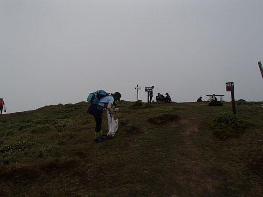 山頂付近での清掃活動