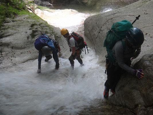ナメ滝を滑らないように登ります