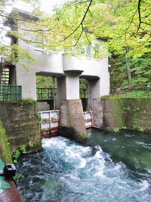 水門(十和田湖から流れ出る水量を調節しています)