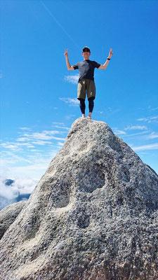 山頂にはこんな岩が