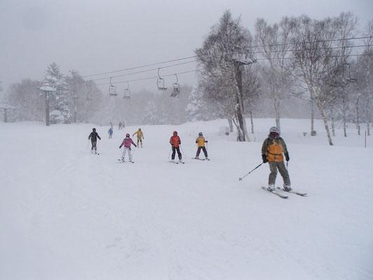 降りしきる雪の中をみんなで滑走