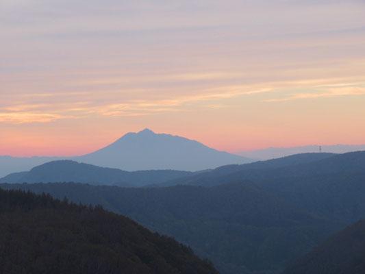 城ヶ倉橋より、夕焼けに浮かぶ岩木山
