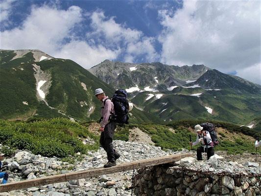 称名川を渡渉し別山乗越へ向かいます。